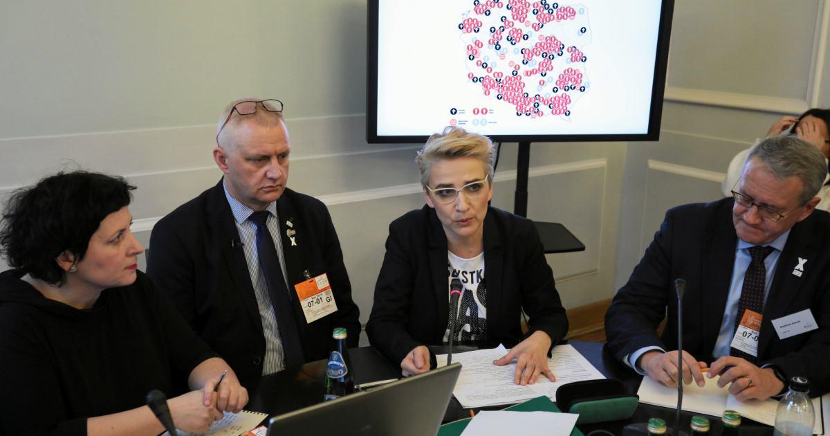Zdjęcie przedstawia Agatę Diduszko-Zyglewską, Marka Lisińskiego, Joannę Scheuring-Wielgus i Matthiasa Katscha podczas konferencji w Sejmie, na której przedstawiono aktualizację mapy pedofilii w Kościele