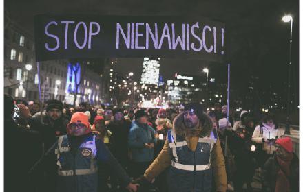 """Po zabójstwie Pawła Adamowicza marsz w Warszawie, ludzie nisą transparent """"Stop nienawiści"""""""