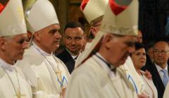 Andrzej Duda wsród biskupów ubranych w białe szaty liturgiczne