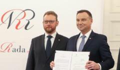 Duda i Szumowski na konferencji. Szumowski udaje, że wybory korespondencyjne w Bawarii odbyły się bez nowych zakażeń