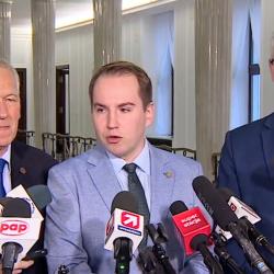 Kornel Morawiecki stoi obok Adama Andruszkiewicza podczas konferencji prasowej w Sejmie