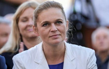 Barbara Nowacka słucha wystąpień na konwencji Koalicji Obywatelskiej