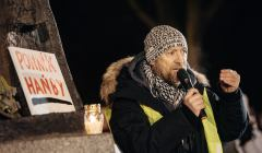 Protest pod pomnikiem ksiedza Jankowskiego .
