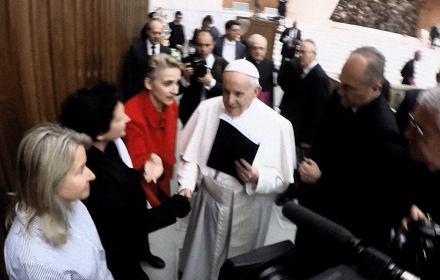 Kadr z relacji przekazania papieżowi raportu Fundacji o polskich biskupach kryjących księży pedofili