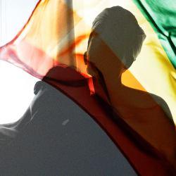Tęczowa flaga powiewa nad Polską