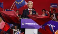 Robert Biedroń przemawia ze sceny podczas konwencji nowej partii Wiosna. Ma półuśmiech na twarzy