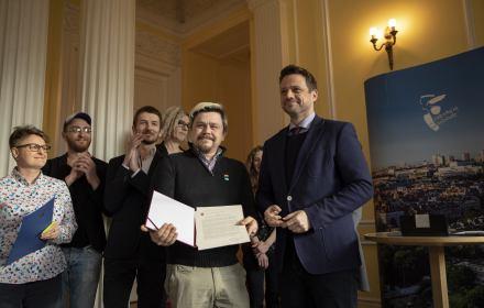 Trzaskowski podpisał deklarację LGBT+ dla Warszawy. PiS: to segregacja i ideologia!