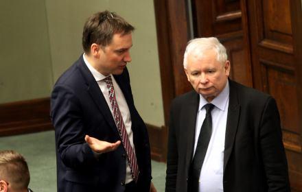 Zbigniew Ziobro stoi bokiem do Jarosłąwa Kaczyńskiego, który ma srogą minę