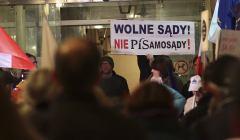 Prostest pod sadem okregowym w Kielcach