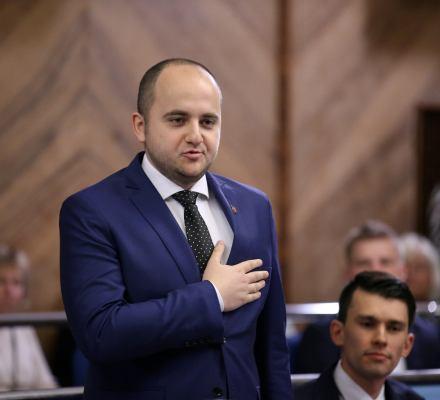 """Skrajnie prawicowy spamer promuje Ziobrę, płaci mu ministerstwo. Jak """"dobra zmiana"""" robi internety"""