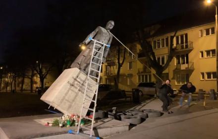 Pomnik Ks. Jankowskiego na wpół przechylony, za chwilę upadnie.