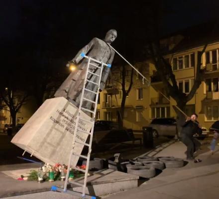 """Nocą obalili pomnik ks. Jankowskiego. """"Oskarżamy prałata o podły i haniebny gwałt na godności"""""""