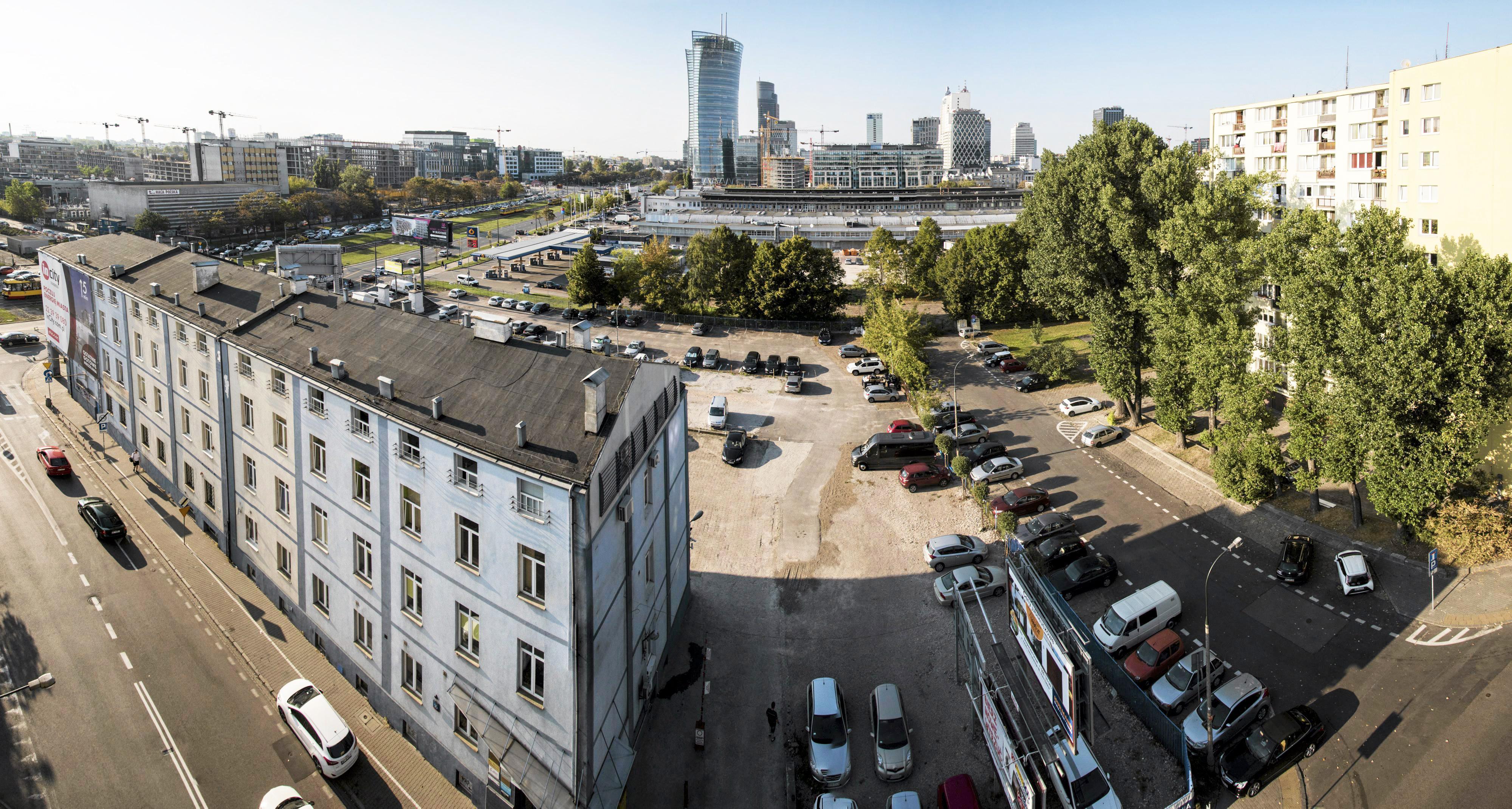 Na pierwszym planie budynek przy ul. Srebrnej 16, w tle tzw. Warszawskie City przy rondzie Daszyńskiego, fot. Franciszek Mazur/Agencja Gazeta