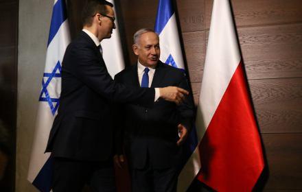Mateusz Morawiecki wskazuje drogę Benjaminowi Netanjahu podczas konferencji irańskiej w Warszawie