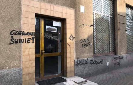 Drzwi i okna warszawskiej siedziby Obywateli RP zasmarowane przez nazistów wulgarnymi rasistowskimi napisami