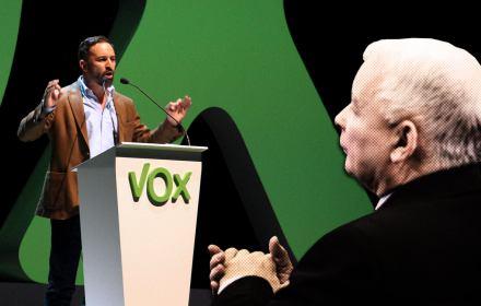 Jarosław Kaczyński na pierwszym plane, tyłe, na scenie Santiago Abscal z partii Vox