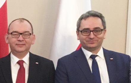 Zastępca rzecznika dyscplinarnego Michał Lasota stoi uśmiechnięty