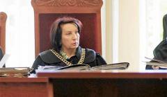 Sędzia Alina Czubieniak w todze i z łańcuchem wydaje wyrok