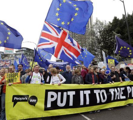 Brexit pożarł brytyjską politykę. Miliony na ulicach i coraz większy chaos