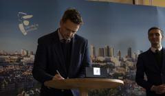 Rafał Trzaskowski podpisuje Deklarację LGBT