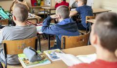 Uczniowie z podrecznikami w klasie . Krakow