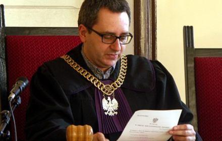 Sędzia Michał Lasota odczytuje wyrok