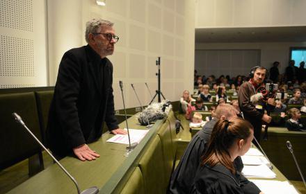 Sąd uniewinnił Wilka. Sensacyjne zeznania Czerwonego Kapturka i opinia biegłego Wajraka