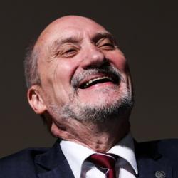 Antoni Macierewicz roześmiany