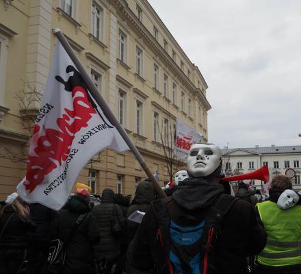 """Niesolidarna """"Solidarność""""? Pracownicy sądów: łamie jedność związkową. A wygrywa rząd"""