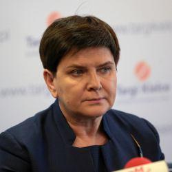 Beata Szydło z zaciśniętymi ustami patrzy na salę