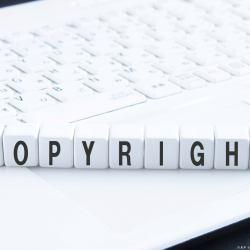 zdjęcie klaiwatury komputeraa z ułożonym z klawiszy napisem Copyright