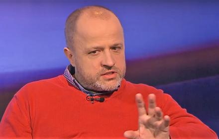 sędzia Piotr Gąciarek w czerwonym pulowerze