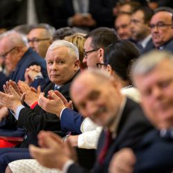 Jarosław Kaczyński siedzi, patrzy w bok w stronę kamery, na pierwszym tle marek Suski i Antoni Macierewicz