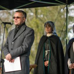 Jaarosłąw Sellin w zgrabnym płaszczyku przemawia na scenie