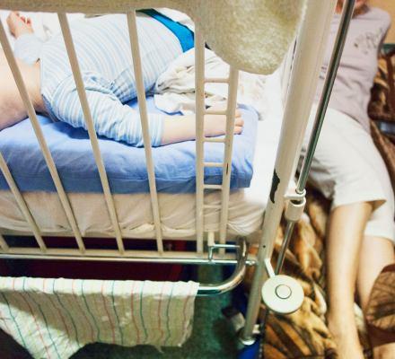 Za pobyt przy dziecku w szpitalu rodzice płacą nawet 50 zł za dobę. Choć ich obecność jest niezbędna