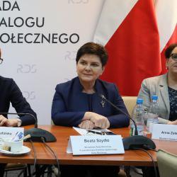 Rafalska, Szydło i Zalewska podczas negocjacji ze związkowcami