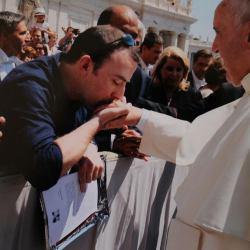 Vincent Doyle, syn irlandzkiego księdza całuje papieża Franciszka w rękę