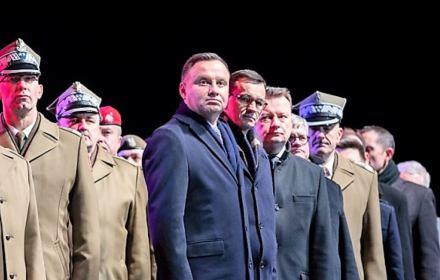Obchody dnia pamięci żołnierzy wyklętych, Andrzej Duda, Mateusz Morawiecki podczas odprawy warty przed grobem nieznanego żołnierza