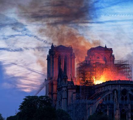 Pożar katedry Notre Dame. Straż: prawdopodobnie wypadek. Polska prawica: na pewno laicyzacja