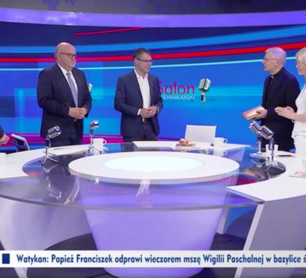 """Salon katolików w TVP Info. Ks. Zieliński odmawia modlitwę na wizji. Karnowski i Ogórek: """"Amen"""""""