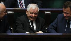 Jarosław Kaczyński w Sejmie śmieje się podczas debaty nad ustawą oświatową