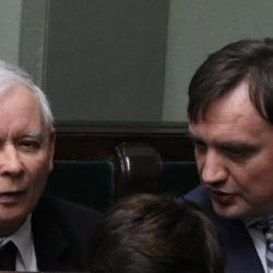 Kaczyński i Ziobro rozmawiają w ławach rządowych