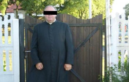 ks. Edward P. skazany za molestowanie nieletnich stoi przed furtka parafii