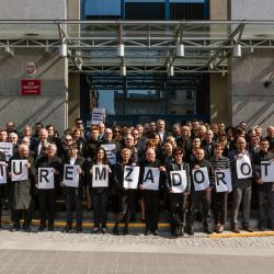 Sędziowie stoja przed sądem w Olsztuunie z napisem Murem za Dorotą