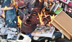 ognisko, w którym palone sę książki o Harrym Potterze i maski bóstw hinduistycznych,