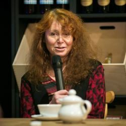 Ewa Siedlecka z mikrofonem na spotkaniu w Lublinie