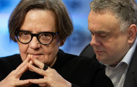 """Telewizja Republika przeprasza Agnieszkę Holland za """"ubeckie"""" insynuacje. I wpłaca na OKO.press"""