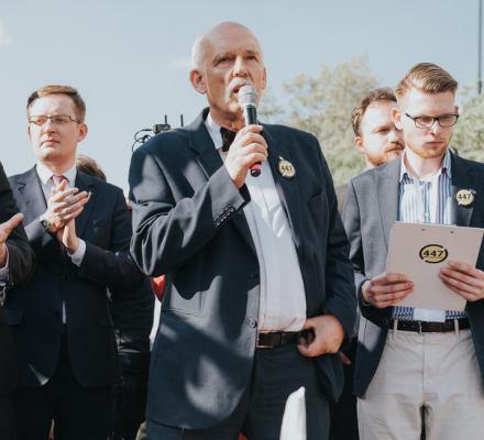 """""""Precz z żydowską okupacją"""". Antyamerykańska i antysemicka demonstracja skrajnej prawicy w Warszawie"""