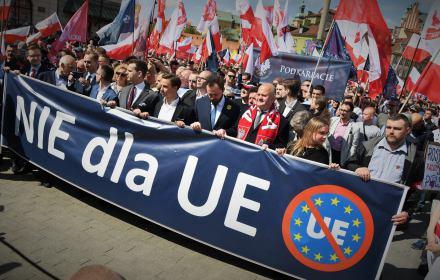 Marsz nacjonalistów przeciw UE, PiS i Żydom. Zaatakowali reportera OKO.press i uczestniczkę kontrdemonstracji