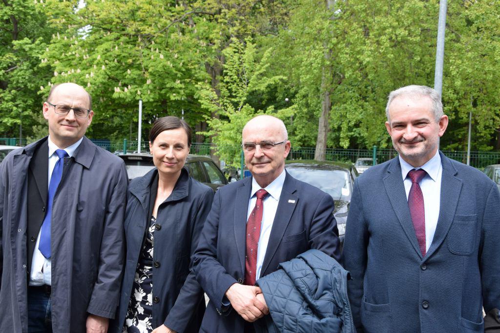 Prokurator Piotr Wójtowicz, pierwszy z prawej
